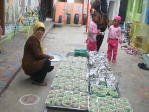 Bu Tri Winarsih sedang mempersiapkanuba rampe tuk kegiatan Makan Bersama