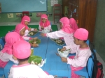 Anak-anak A1 sedang makan bersama