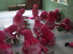 Anak-anak makan bersama